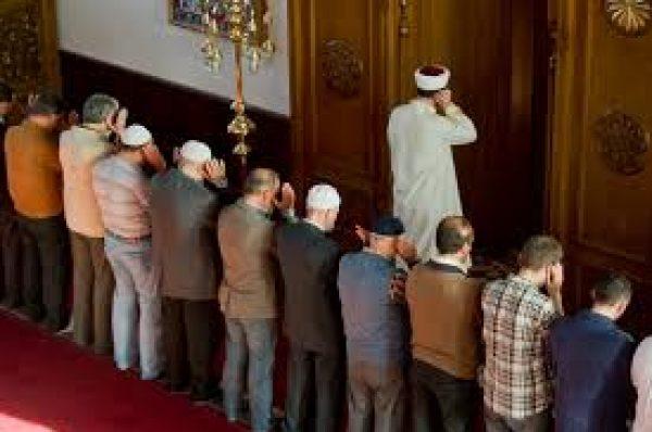 Canlı yayımlanan namazlarda oradakı imama tabe olaraq namaz qılmaq olarmı?